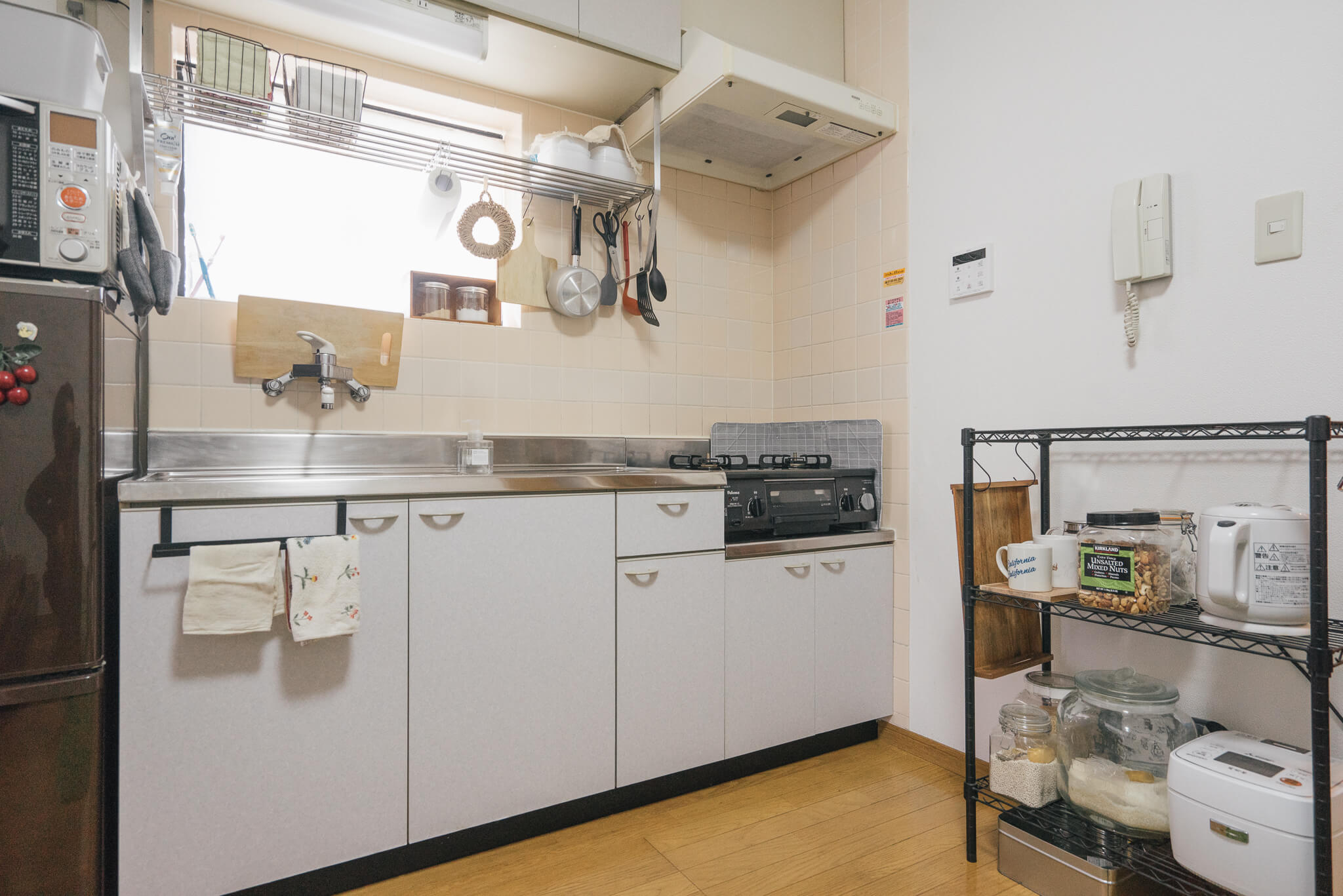 キッチンも、収納にゆとりがあってとてもスッキリ。2段ついていた水切り棚は不必要なため1段はずしました。こちらも窓から日が入って、明るい。