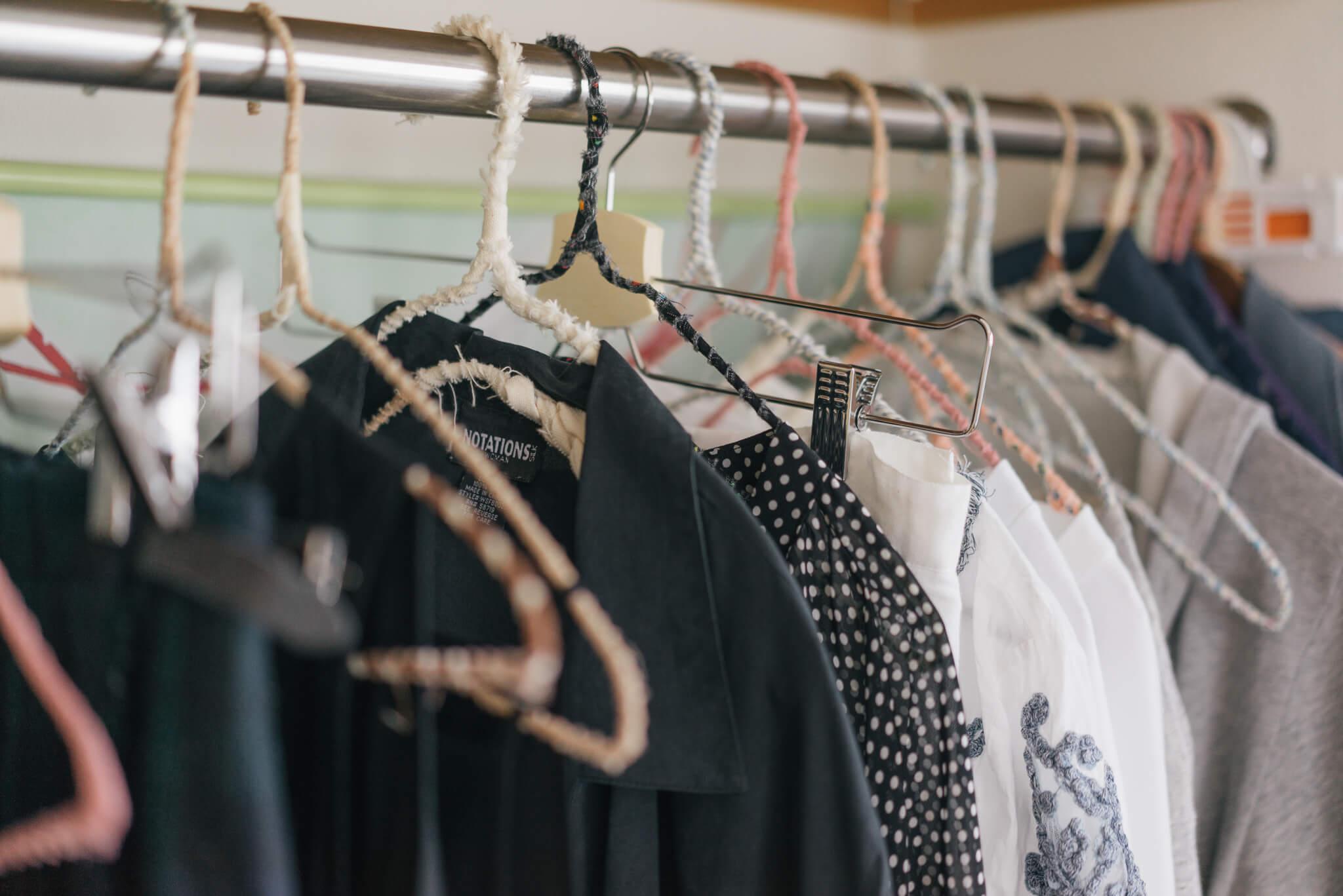 クローゼットのハンガーは全て、100円ショップで買ってきた針金ハンガーに布をぐるぐる巻きにしたもの。