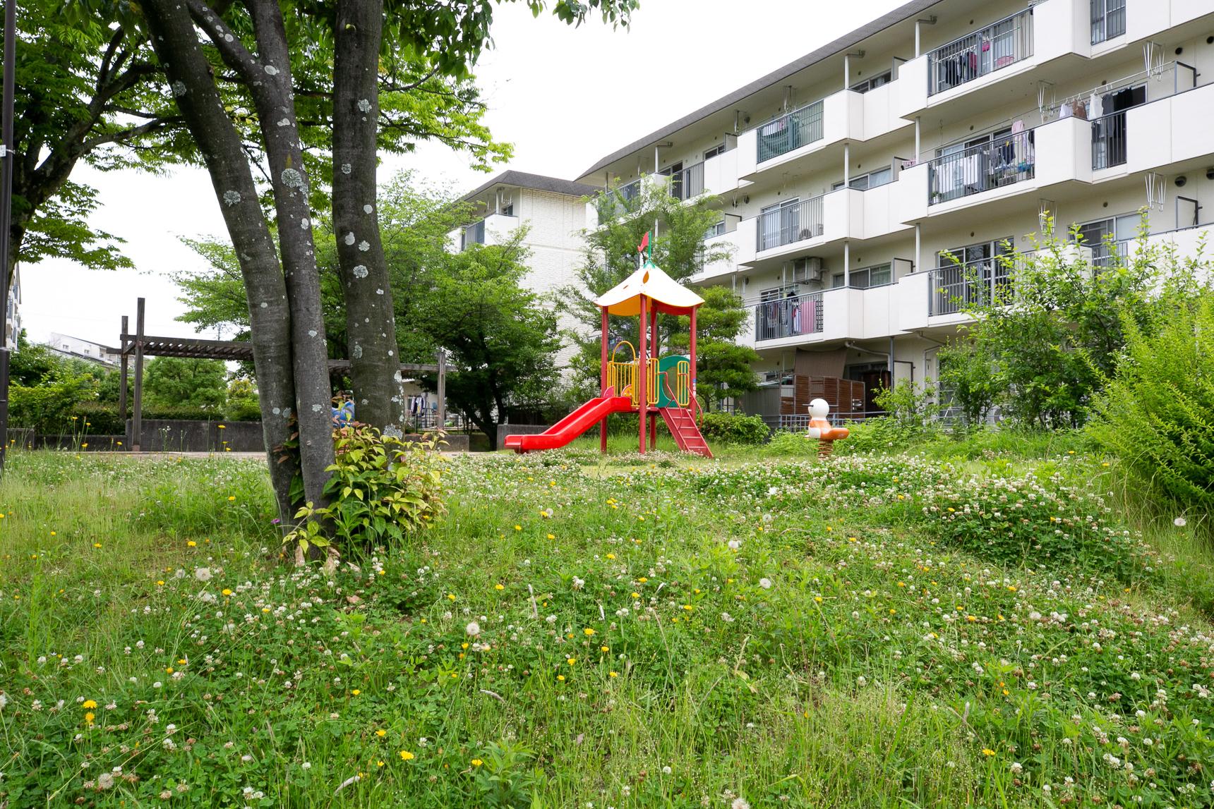 団地の敷地内にも、ちょっとした遊び場がいろんなところに設けられています