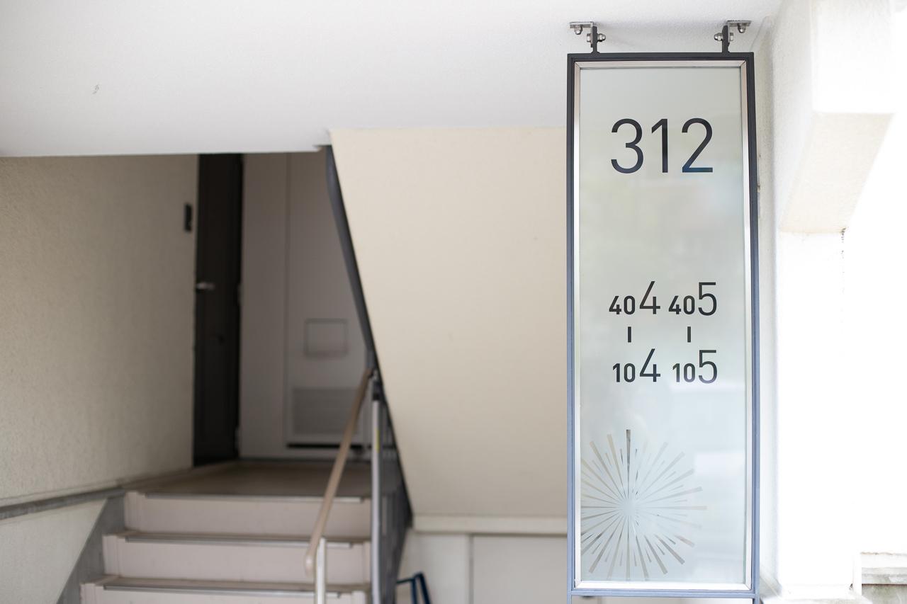 リノベーションが完了したばかりの、現在募集中のお部屋に案内してもらいました。こちらは312号棟の204号室。号室のサインに花火のマークが!