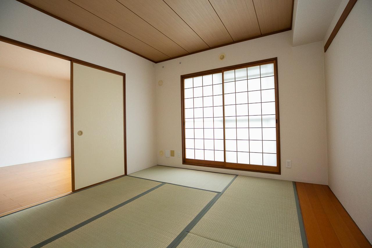 リビングの横に綺麗な畳のお部屋があって、小さな子を寝かしつけたり、子どもが遊ぶのにも便利。