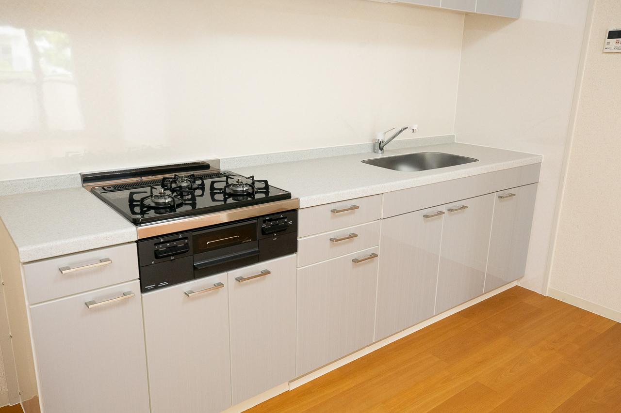 204号室は大きく使いやすそうなビルトインコンロのシステムキッチンがポイント!「住まいは女性が選ぶことが多いので、キッチンは快適に使えるものを選んでいます」