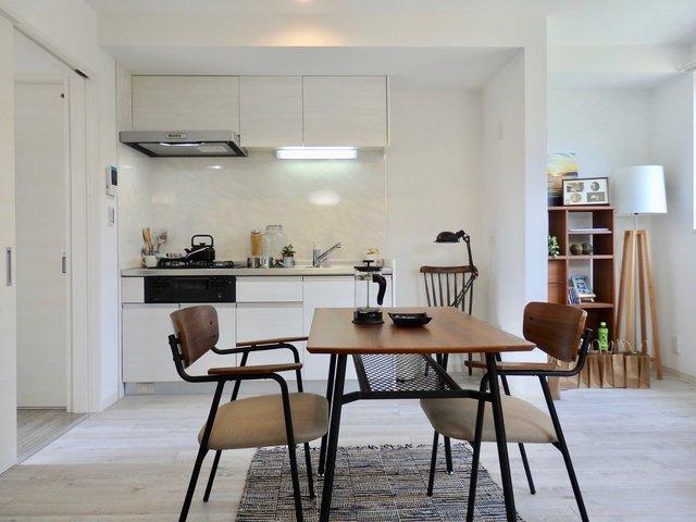 お部屋はガス3口の真っ白なキッチンが嬉しい1LDK。
