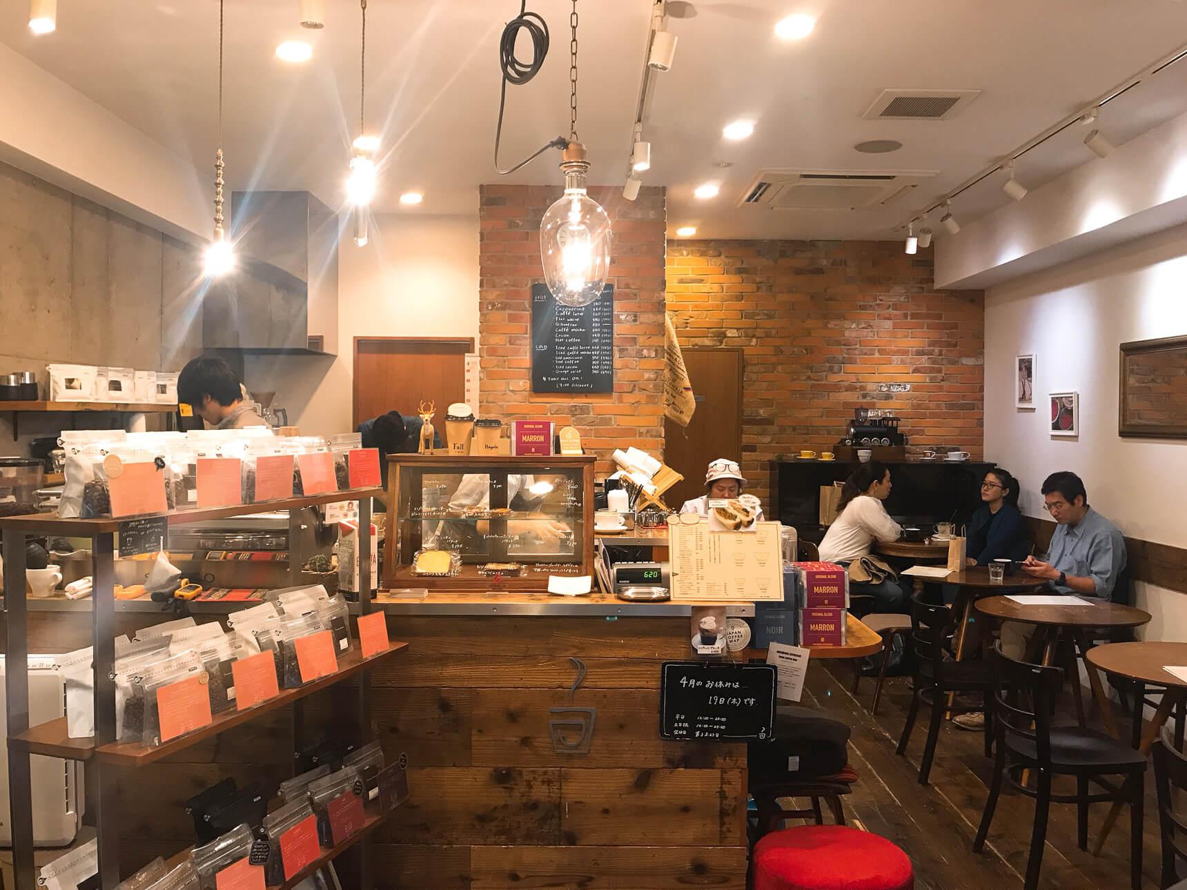 店内にも10席ほどあり、コーヒーのいい匂いに包まれながら一息つくことができます。