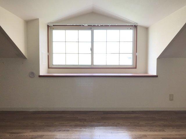 ロフトにあるこの出窓!映画に出てきそうです。
