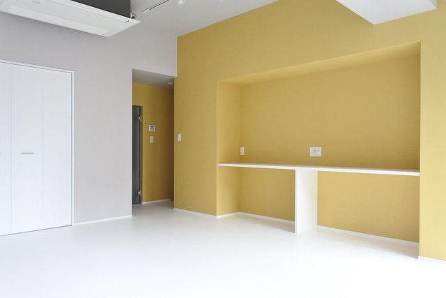 リビングの壁は絶妙なからし色。