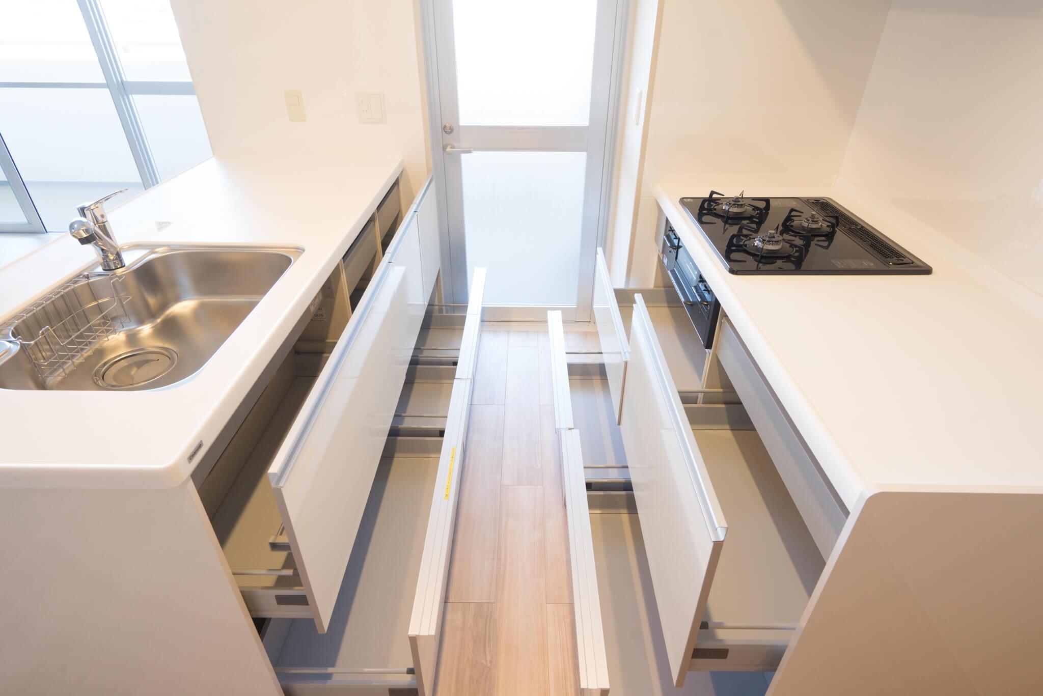 シンクとガス・グリル台に分かれるⅡ型キッチン。収納力もご覧の通り、万全です。