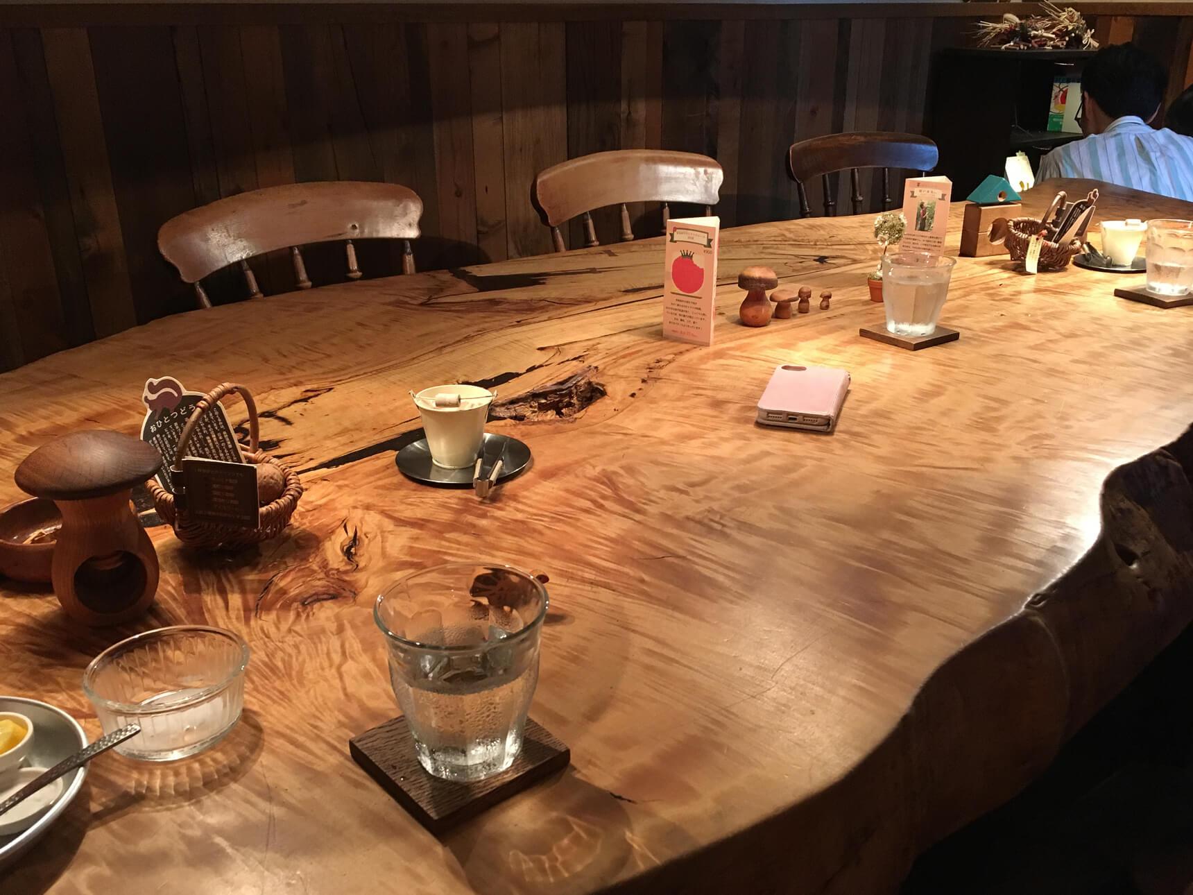 案内していただいたのは、どっしりと大きな木のテーブルをみんなで囲む、半地下の席。