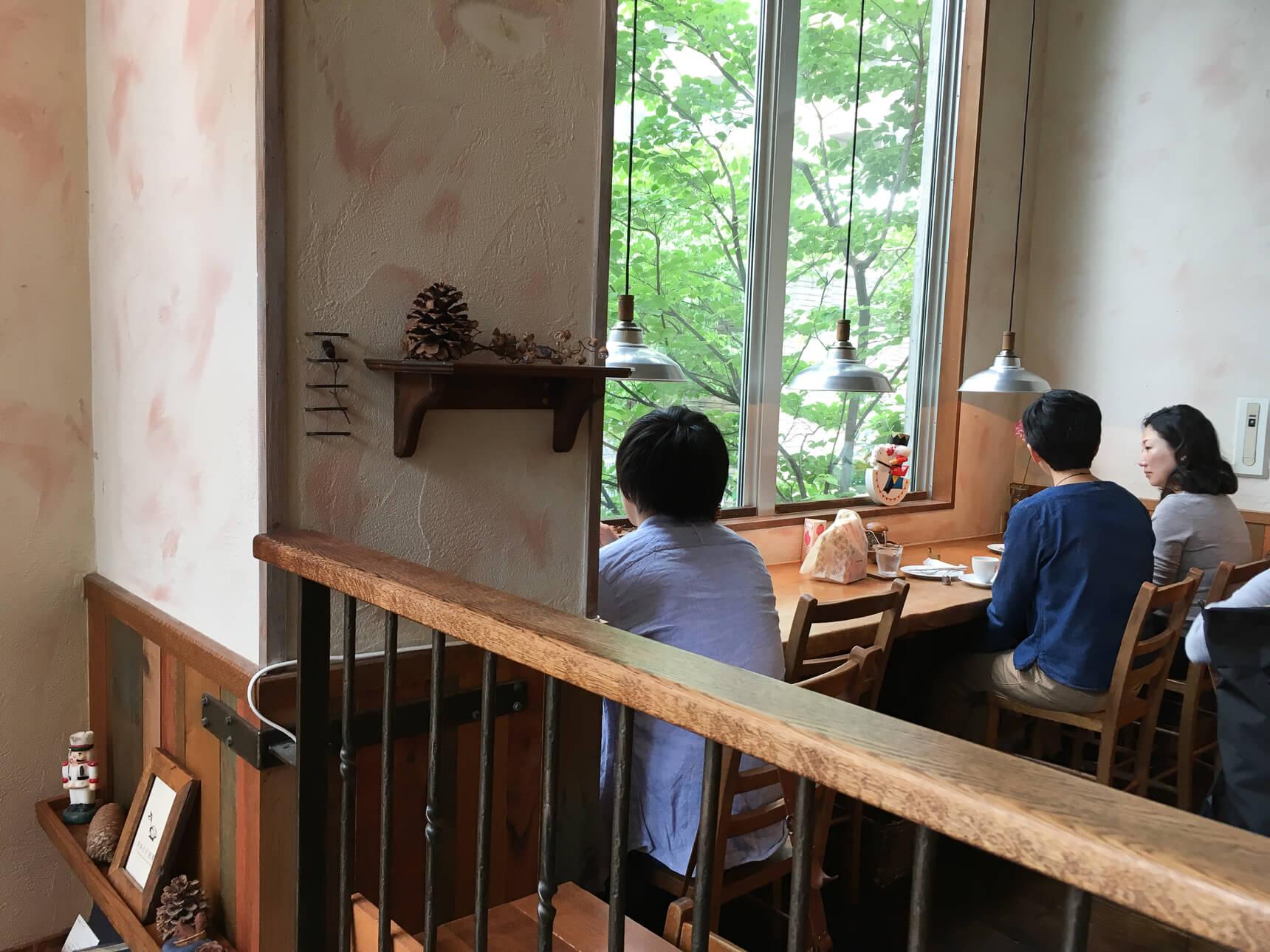 中二階には、木々を見ながらほっとできるカウンター席とテーブル席。