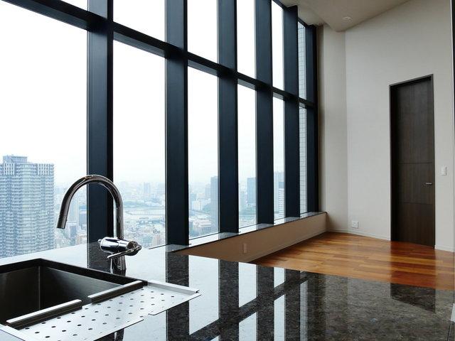 タワーマンションが建ち並ぶ臨海エリア。勝どき駅徒歩6分、53階建ての53階にあるお部屋です