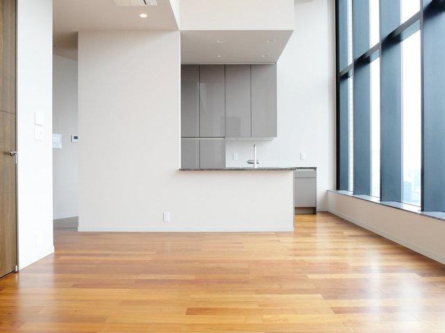 天井が高くて素晴らしい。実に開放的な気分で料理ができます。LDKは18畳あるので、大きなテーブルをおいてパーティーができそう。