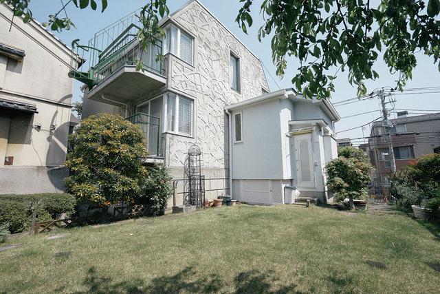 広い庭、それに蔵と駐車場のある、文京区の豪勢な一軒家。こちらを、グッドルームのカスタマイズ賃貸で貸し出せることになりました。