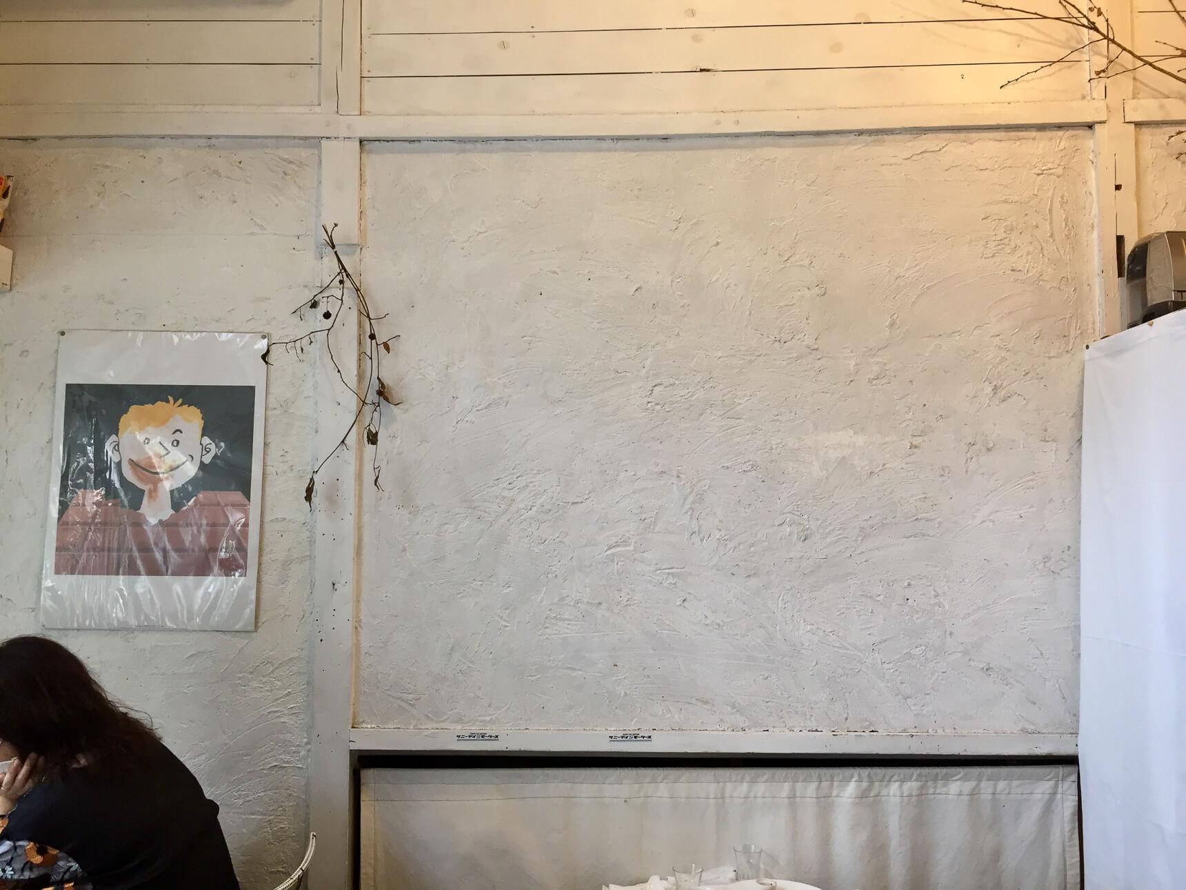 店内は10席程度の小さなスペースなのですが、白い壁と高さのある天井が開放的でした。