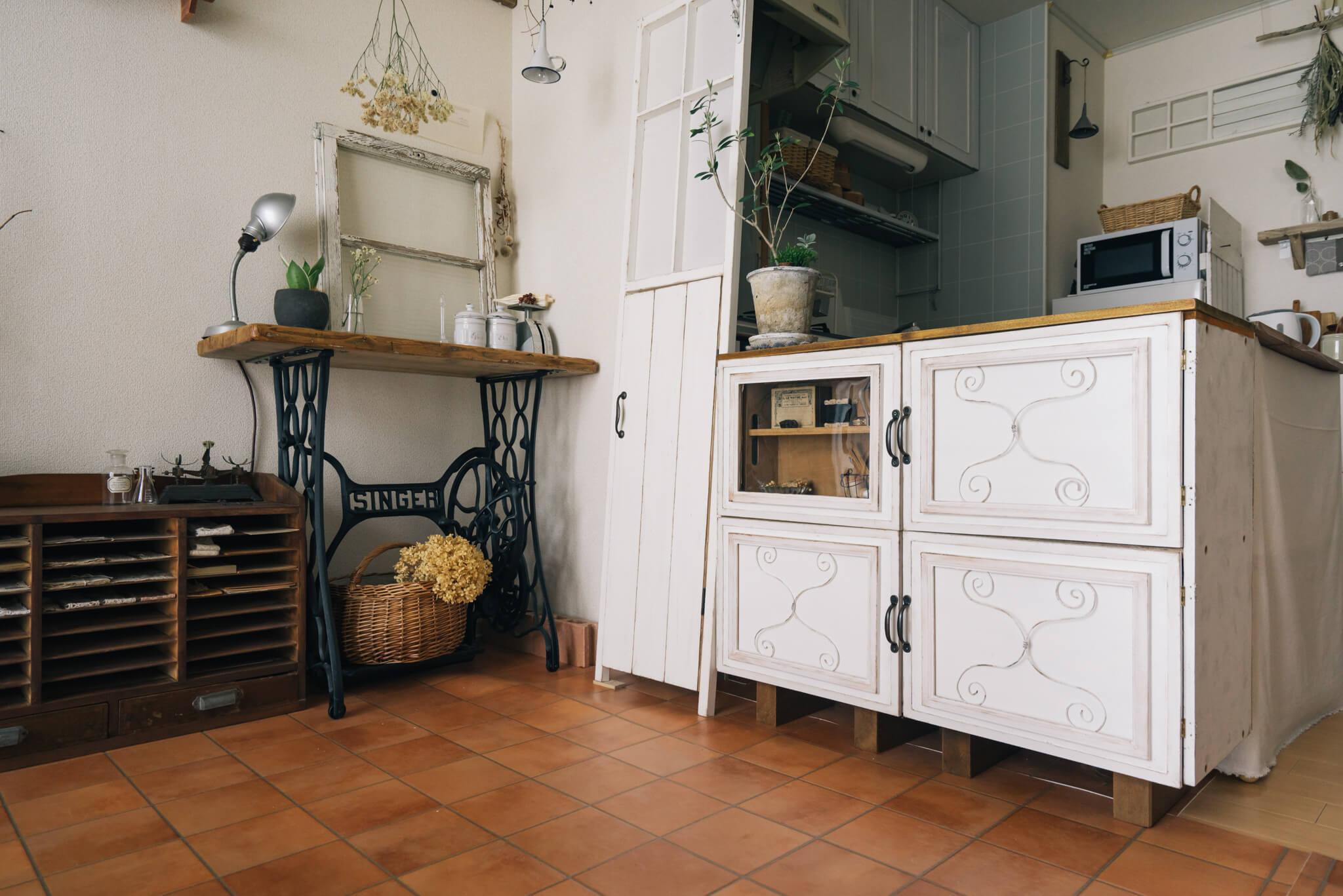 キッチンとリビングをいい感じに仕切っている白い棚は、なんと普通のカラーボックスを利用しているそう。