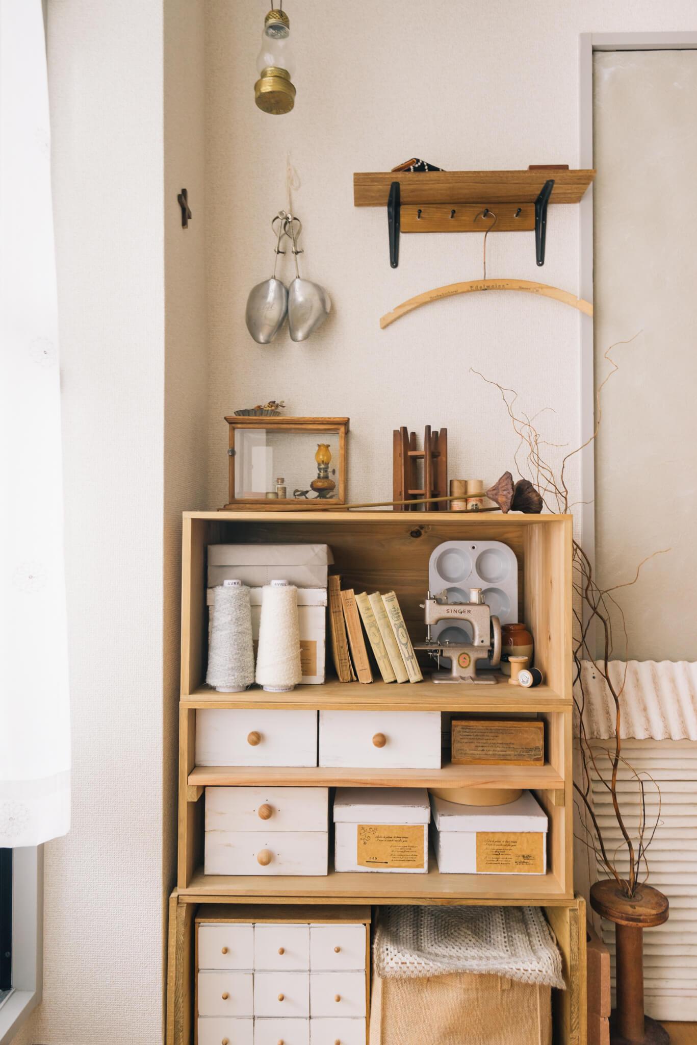 お隣のベッドルームには、ハンドメイド材料を納めた棚が。すごく小さなミシンは飾りではなく実際に使えるものなんだそう。可愛い!