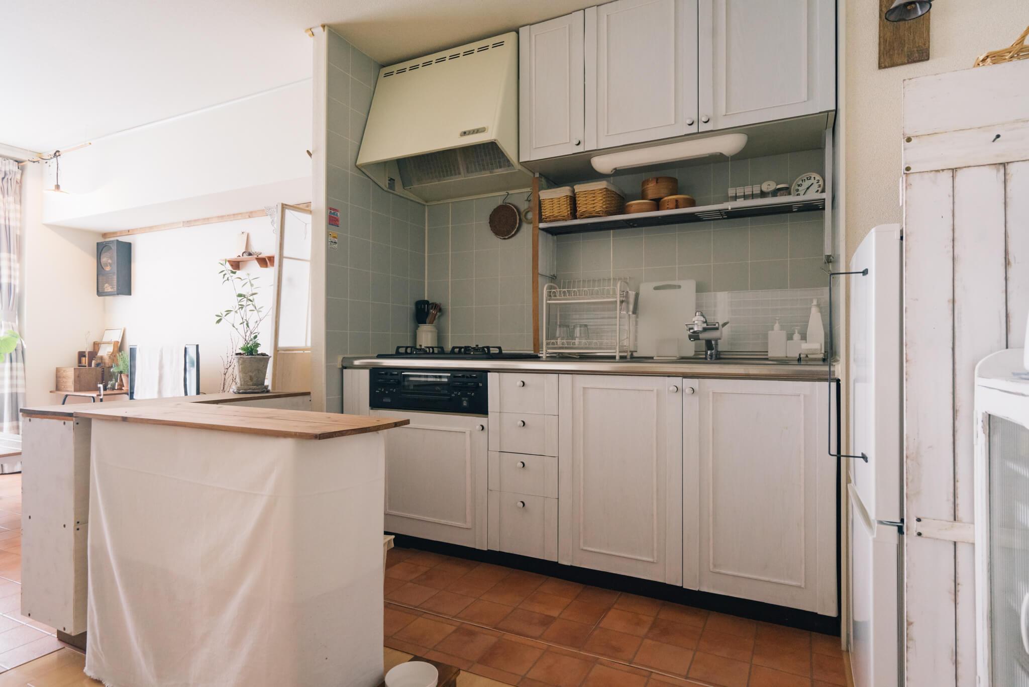 キッチンの収納扉や、部屋を仕切る襖も、リメイクシートを貼ったり、モールディング風の飾りをつけたりで、だいぶ雰囲気が変わりました。
