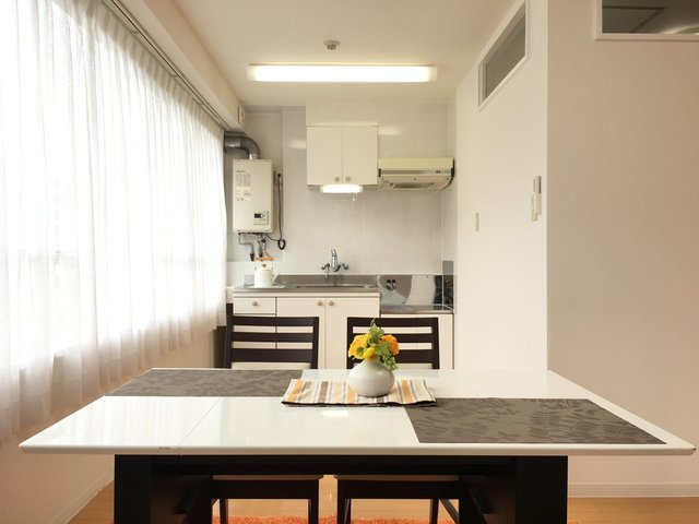 LDK側に大きな窓があって、キッチンもダイニングも明るいのがいいですね