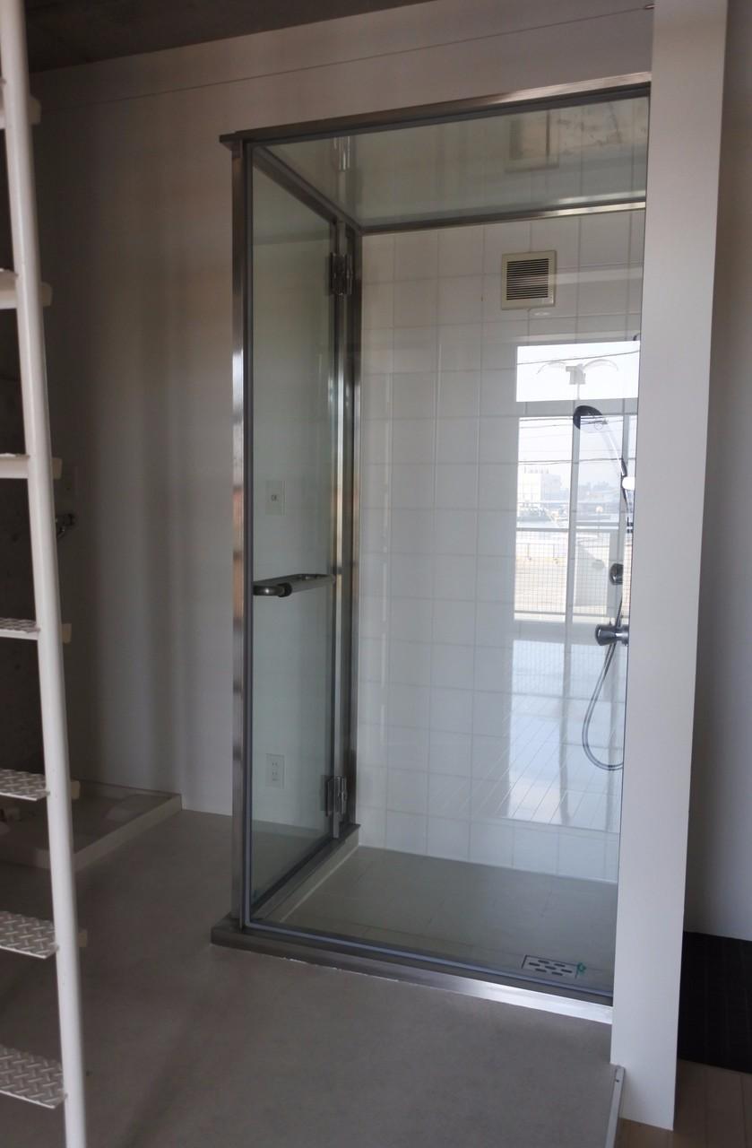 ガラス張りのシャワールームです。ホテルみたいだな。