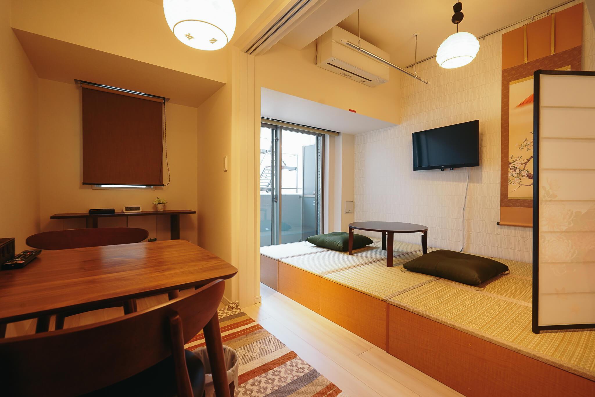 畳の小上がりのようなスペースを用意したお部屋もあります。外国からのお客様に推薦したくなる和モダンルーム。
