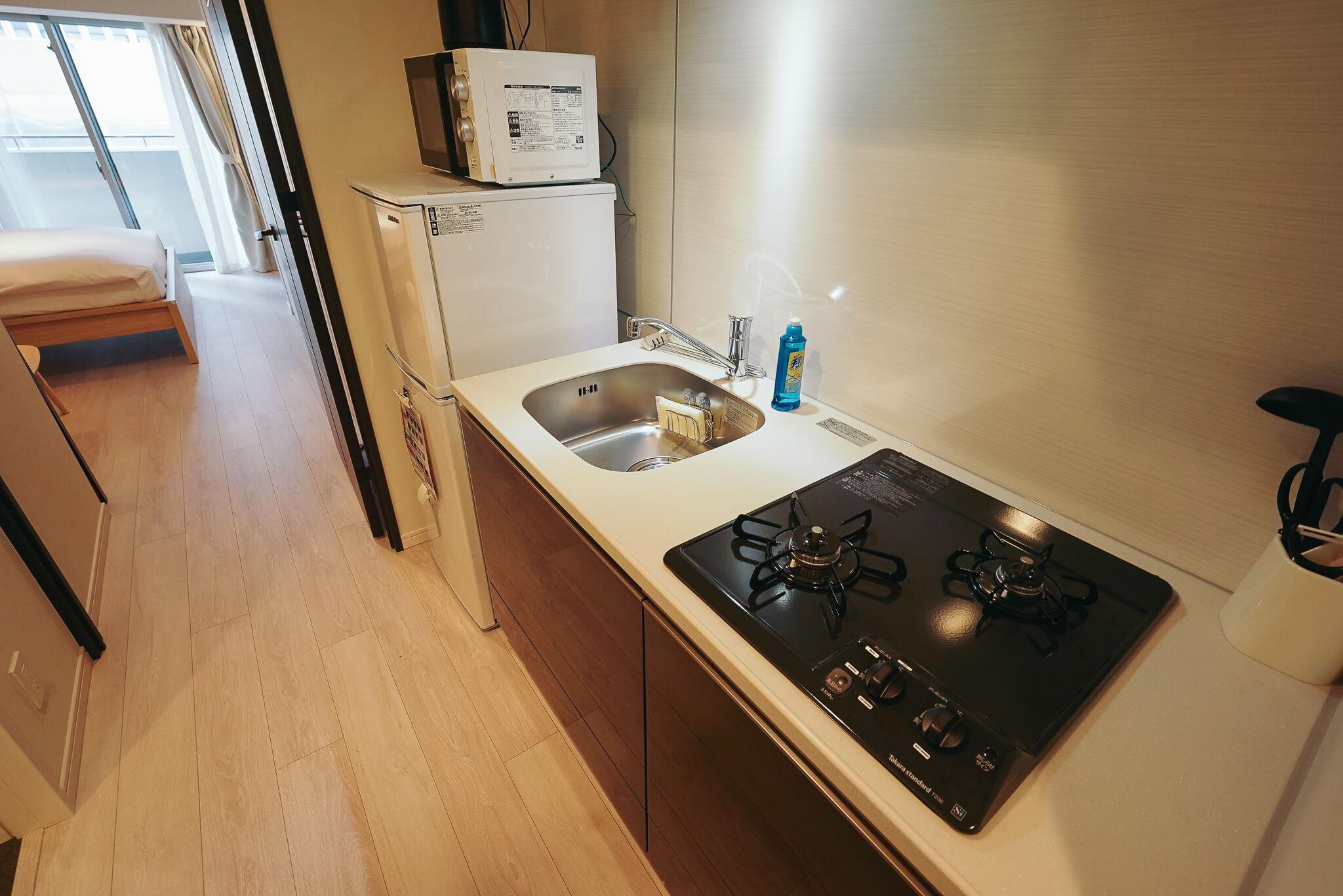 キッチンは、しっかり自炊のできるガス2口のタイプ。冷蔵庫もホテルのミニタイプではなく、容量が大きなものをご用意しています