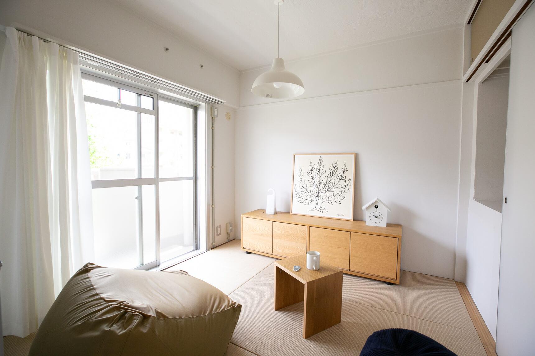 和室は麻畳にリニューアル。しっかりとした素材なので、ソファなどを置いて洋室スタイルで使うこともできます。
