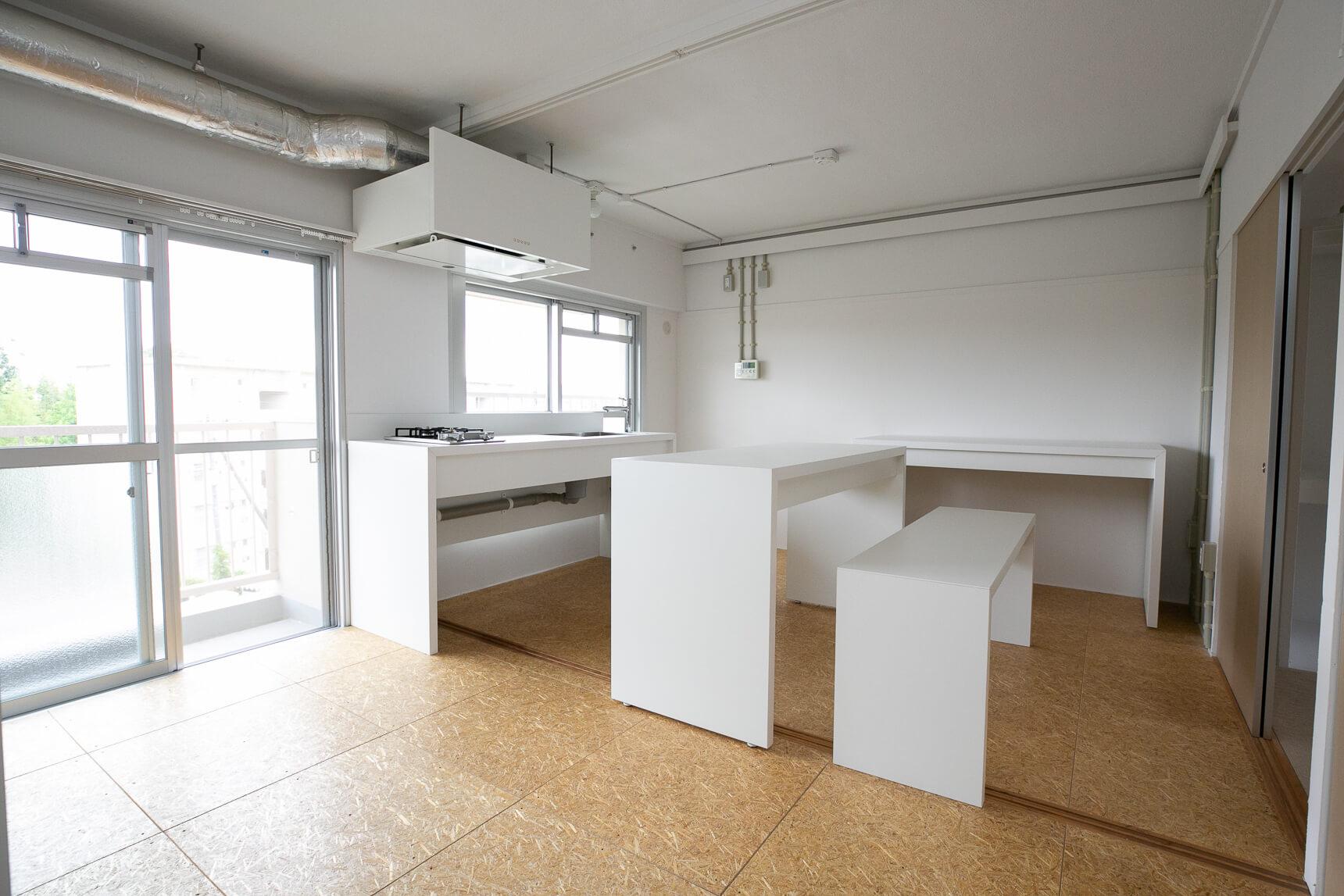 竹林を望む南側の窓に面した気持ちの良いキッチンが特徴のお部屋。キッチンと高さの揃えられたテーブル、ベンチは可動式で、自分の好きなスタイルで使えます。