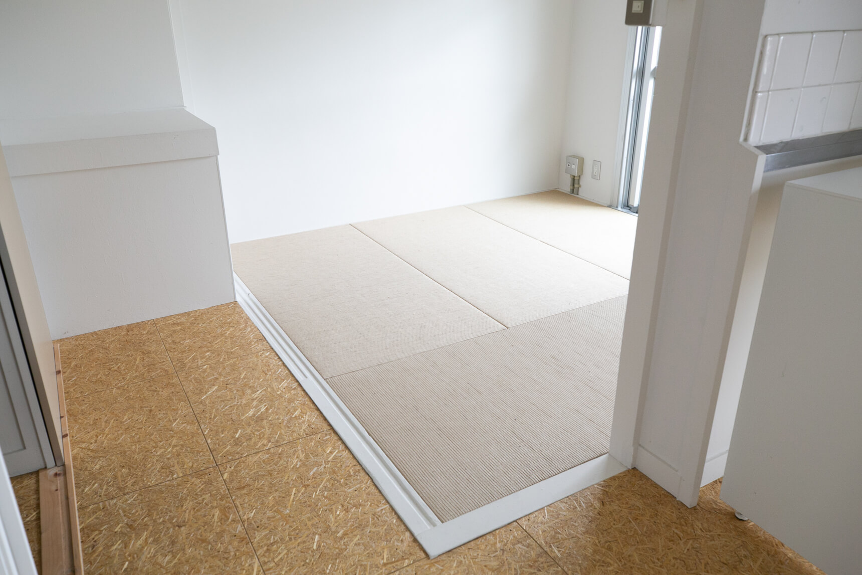 ダイニング・キッチン以外には、麻畳の和室がふたつ。どちらもダイニング・キッチンとゆるく繋がる自由度の高い間取りなので、お好きな方を寝室に、もう一つはキッチンとひとつづきのLDKとして使うのもおすすめ。