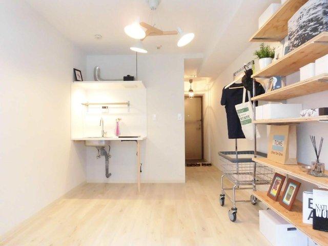 シンプルながら、素材にはこだわったワンルーム。床は天然無垢材です。