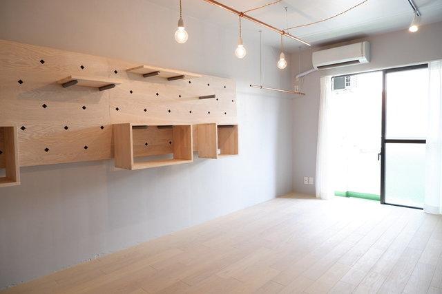 壁の棚は、自分で棚板やボックスを好きな位置に移動してアレンジできます。何をどう置いてもカッコよく決まりそうです。