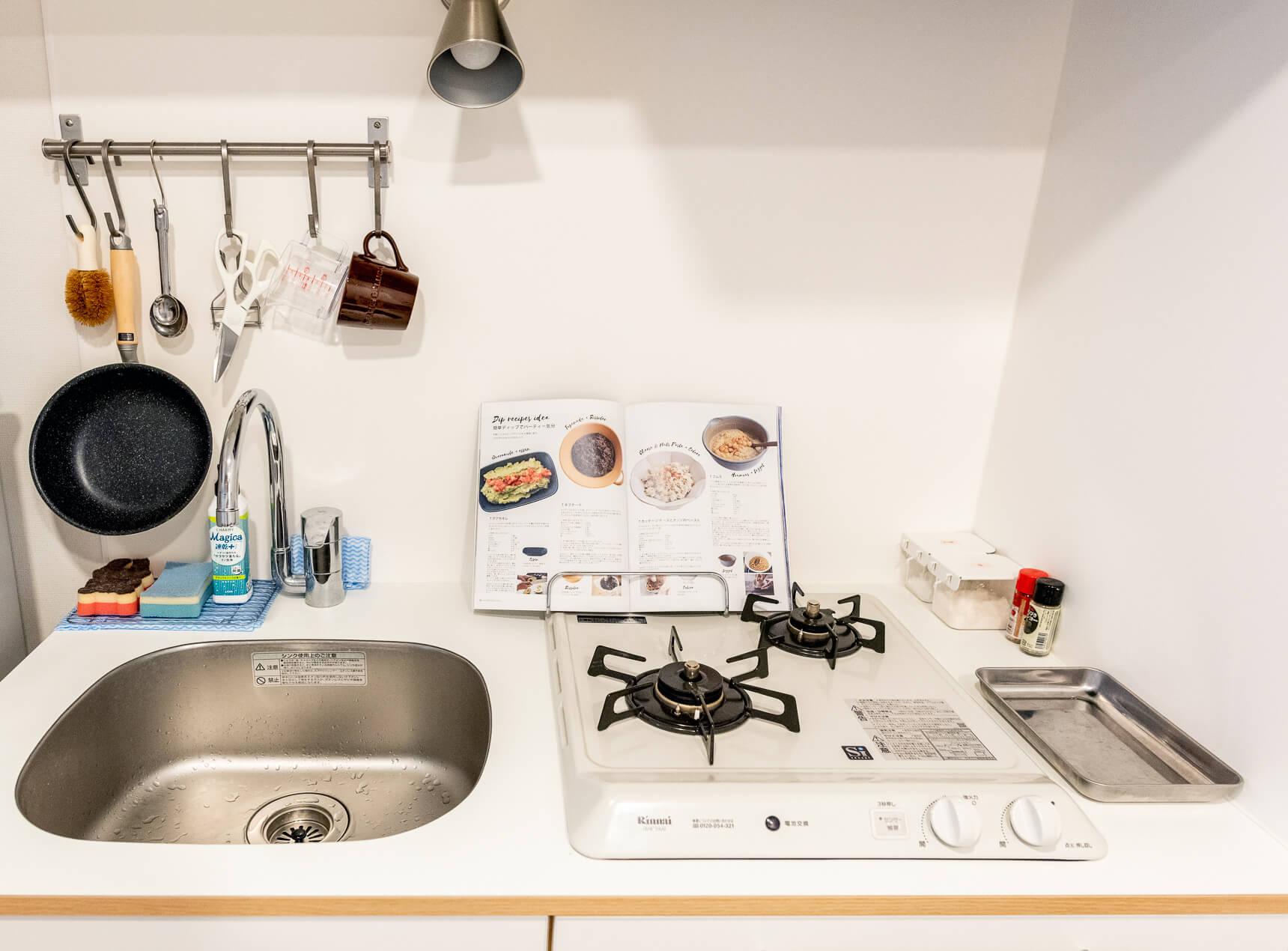 大谷さんも気に入った白い木のキッチン。まな板立てにレシピ本置くの賢い!
