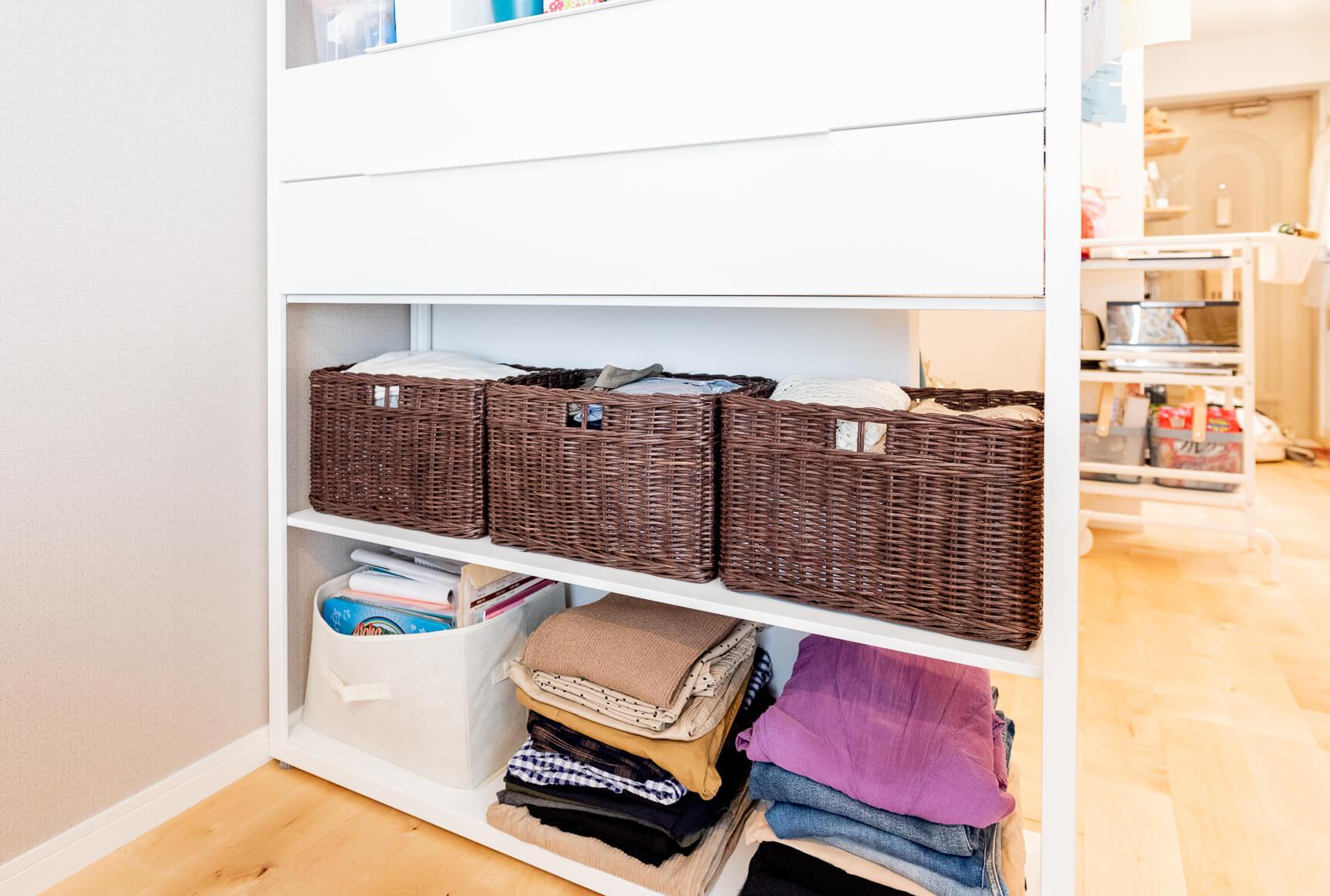 棚はIKEAで購入したもの。シンプルなデザインがいい。下段には洋服をきちんと畳んでしまっている。実はクローズドな収納がない部屋なのだが、工夫してすっきりみせている。