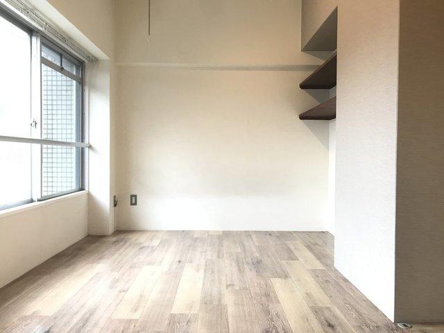 台形の、ちょっと変わった間取りのお部屋なのですが、デッドスペースになりそうな箇所には収納が設けられて便利になっています
