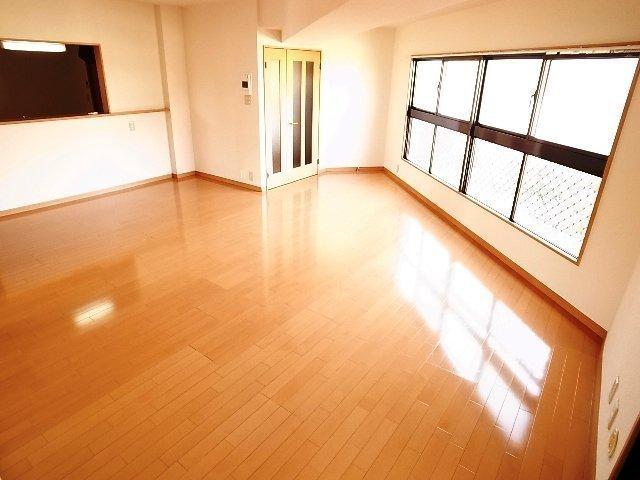21畳のLDKがあるお部屋。広い!窓が多くて明るい!