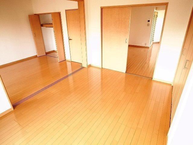 3つある居室のうち、2つは引き戸を開け放って1部屋にして使うこともできます。こちらも広い!!