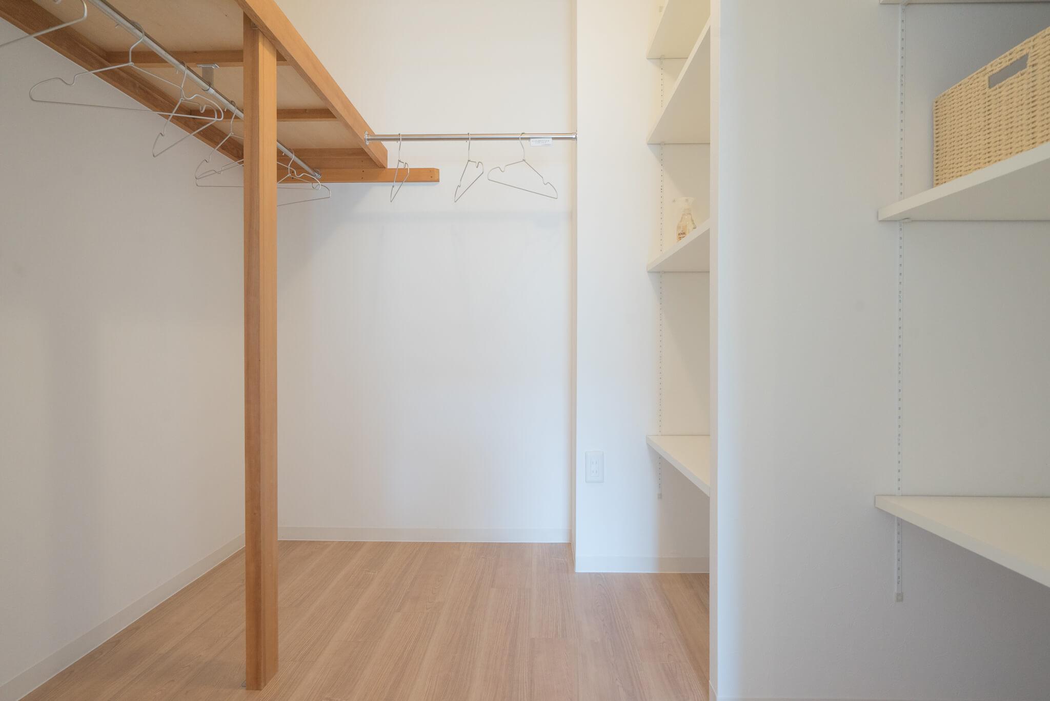 思わず、いいなぁ〜と羨ましくなってしまったのが、寝室横についている大きなウォークインクローゼット。可動式の棚板がたくさんついた収納、こういうのがあると、すっきり部屋が片付きますよね。