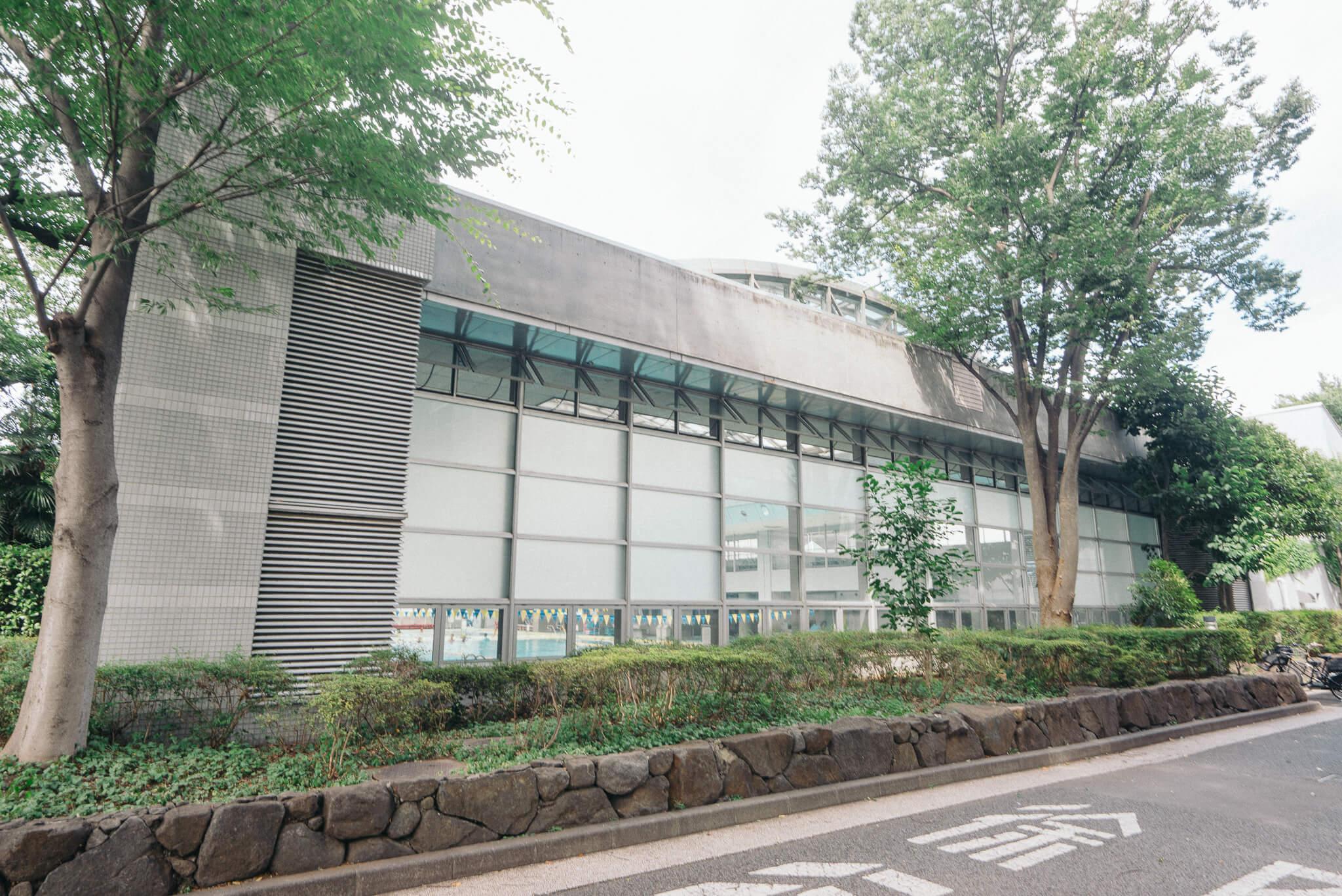 そのお向かいには、屋内プールも備える大きな体育館、武蔵野総合体育館が。