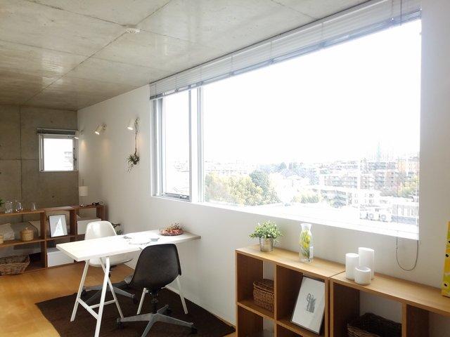 ちょっと不思議な18.8畳のワンルームは、横長に窓があって明るいつくり