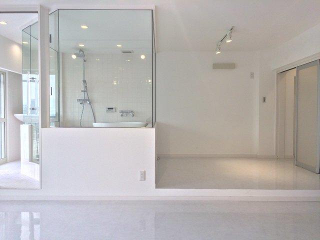 こちらがベッドルーム&バスルーム。真っ白な空間には仕切りがありません。ホテルみたい。