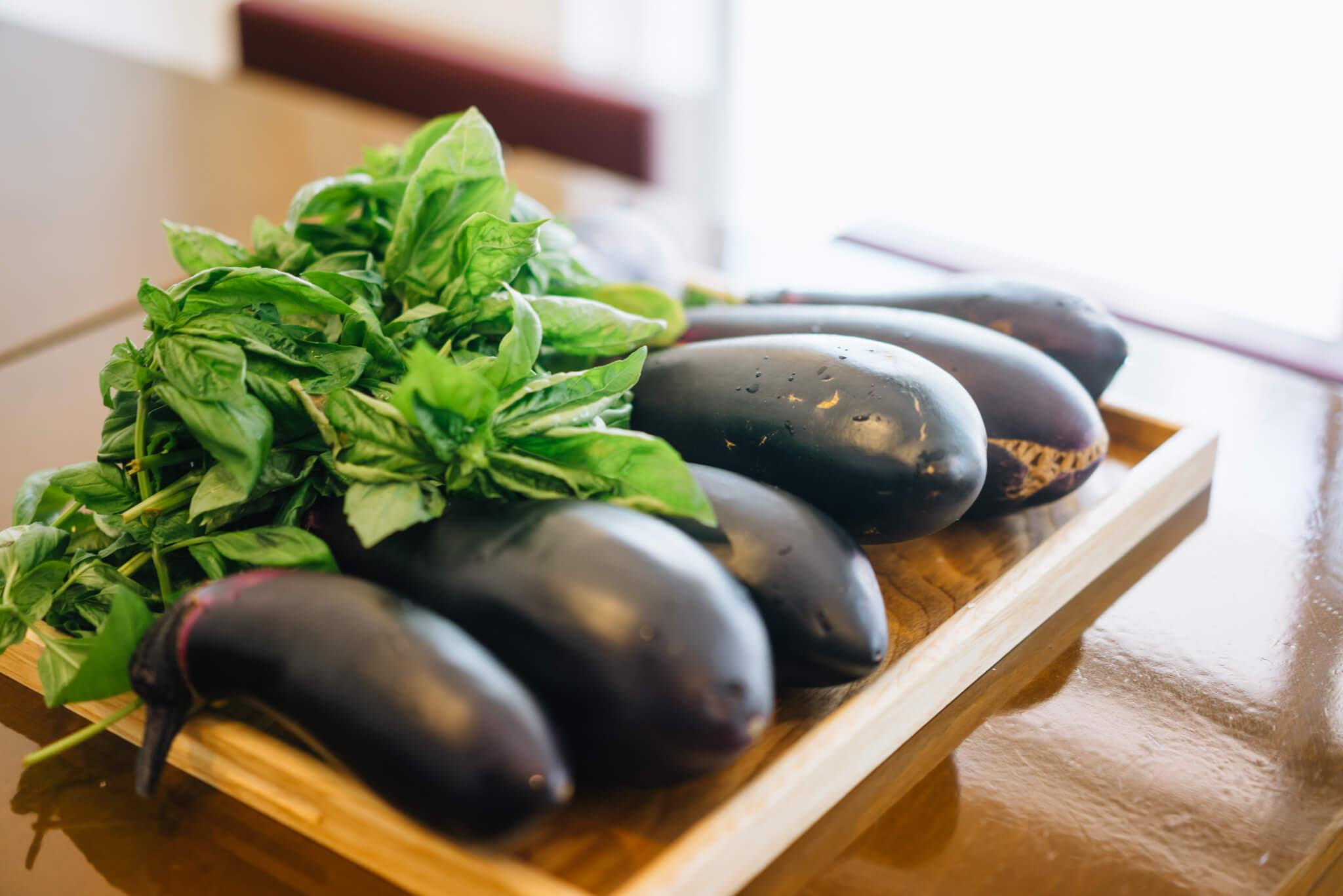 この日は、畑でたくさん、大きな茄子が獲れたので、それを使った料理を試作中でした。