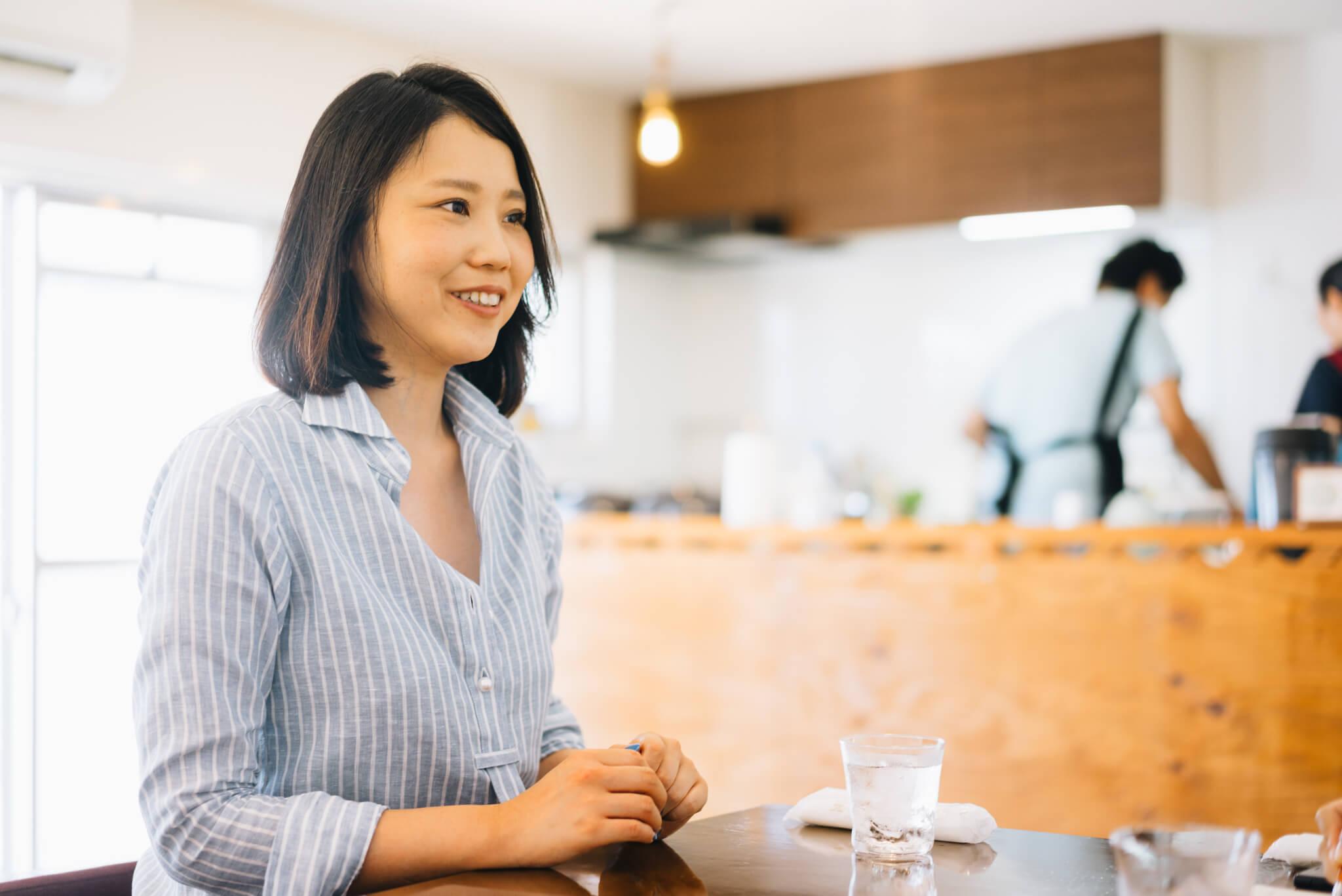 鮎川さんご自身のご経歴もとってもユニーク。東日本大震災をきっかけに「雇用を作ろう」と単身上京、まったくの未経験から、不動産仲介業をスタート。広告に頼らず、人のクチコミとリピーターさんを中心に経営しているユニークな不動産屋さんです。