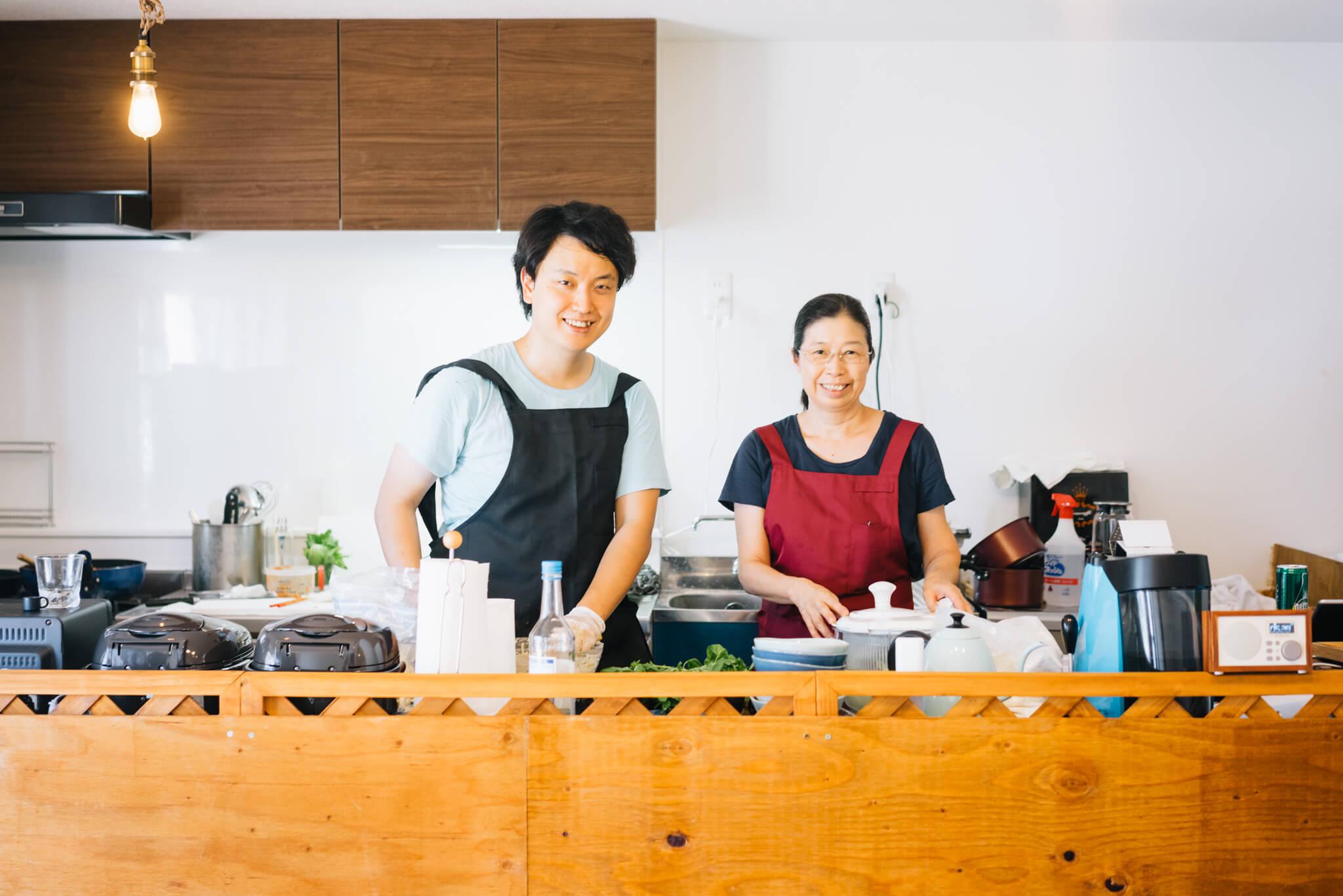 迎えてくれたのは、飲食部門総合プロデューサーの渡部敏毅さん(写真左)とスタッフさん