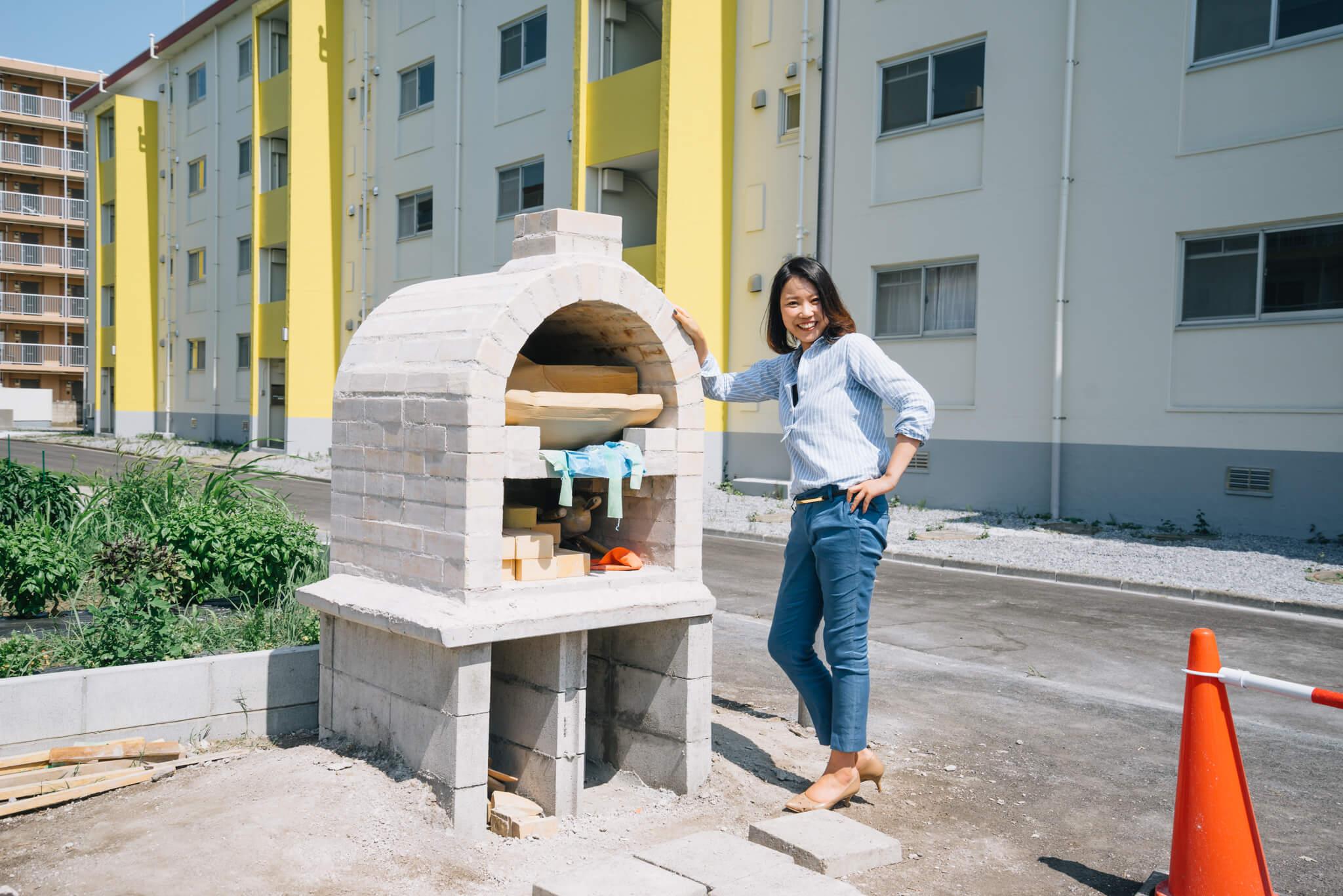 完成したばかりというピザ窯を前に、嬉しそうな鮎川さん。