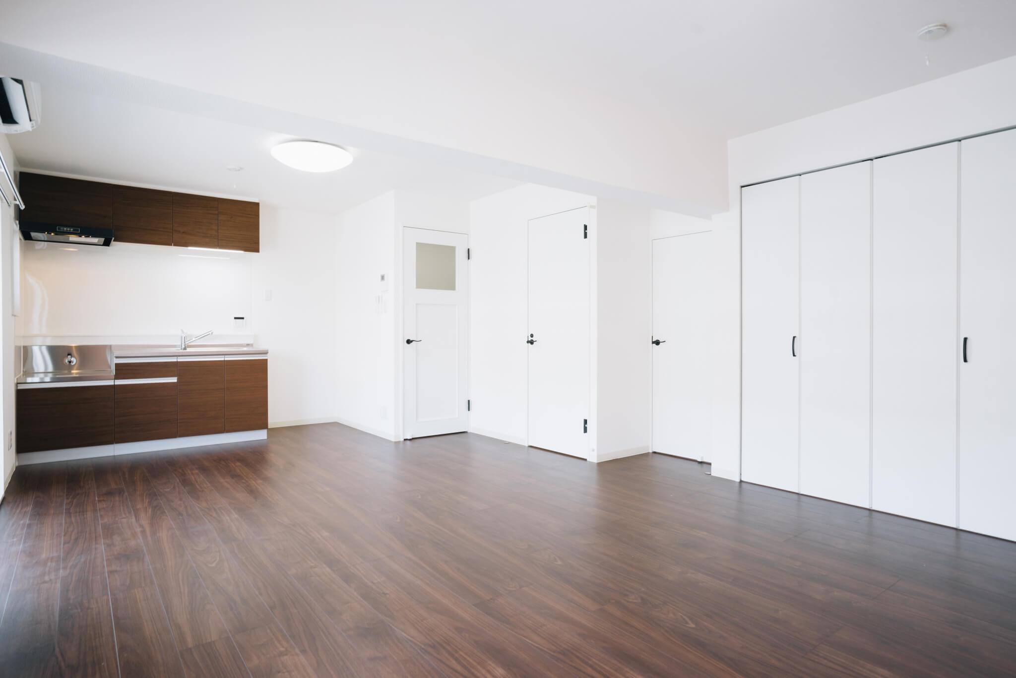 建物はもともとのものを活かしつつ、室内はフルリノベーション。気になるキッチン、洗面所、お風呂などの水回りや、内装もシンプルで刷新されているので、リノベーションならではの手ごろな家賃で、でも気持ちよく住めるのも嬉しいところ。