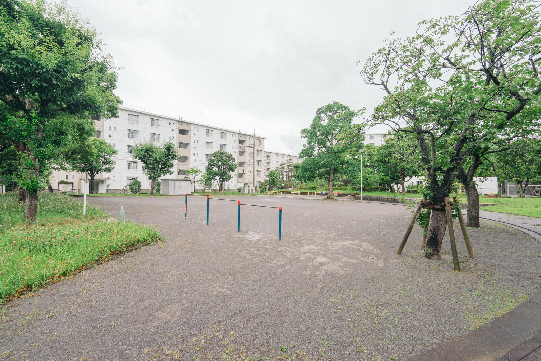敷地内には広場や公園が配置され、ゆったりと空間が使われているので、空を広く感じます。