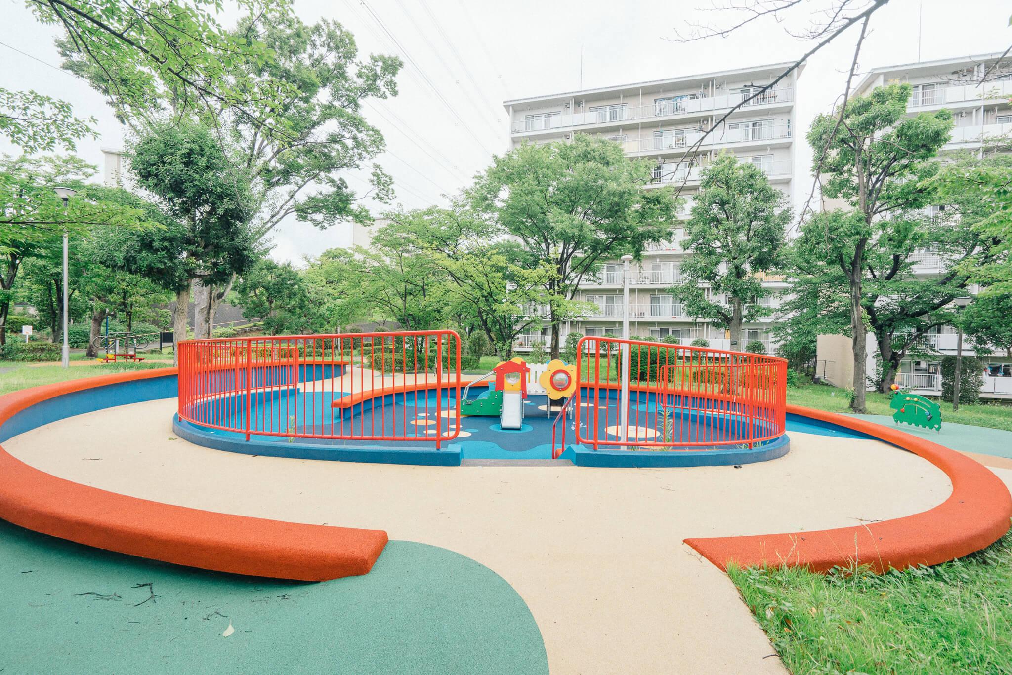 小さな子ども向けの遊具も充実。団地の取材はこれで5件目ですが、UR賃貸住宅の団地って、緑や公園がとても綺麗に整備されていて感心してしまいますね。