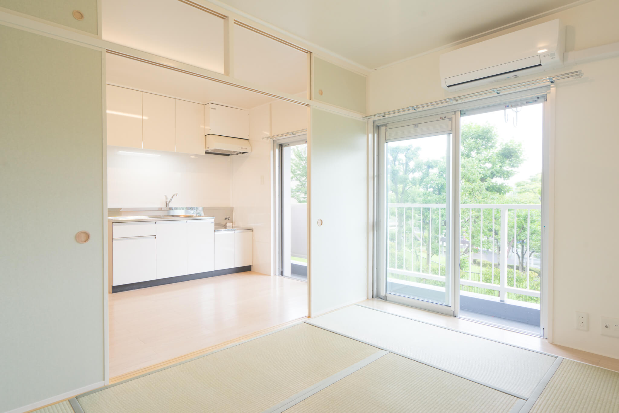 こちらは、NAGOMIタイプ(2-17号棟/43㎡)。畳やフローリングの色が違い、ちょっと和テイストのお部屋。