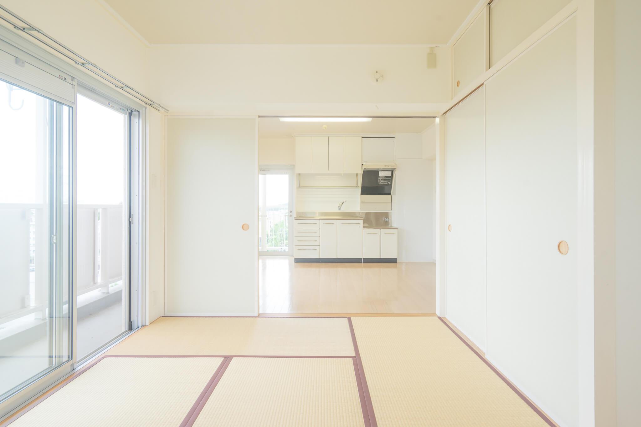 境さんおすすめの「WHITE & MAPLE」タイプ(3-17号棟 901号室/56㎡/8.53万円)は、畳縁のえんじ色がポイント。ちょっと洋風のスタイルにも合うようになっています。