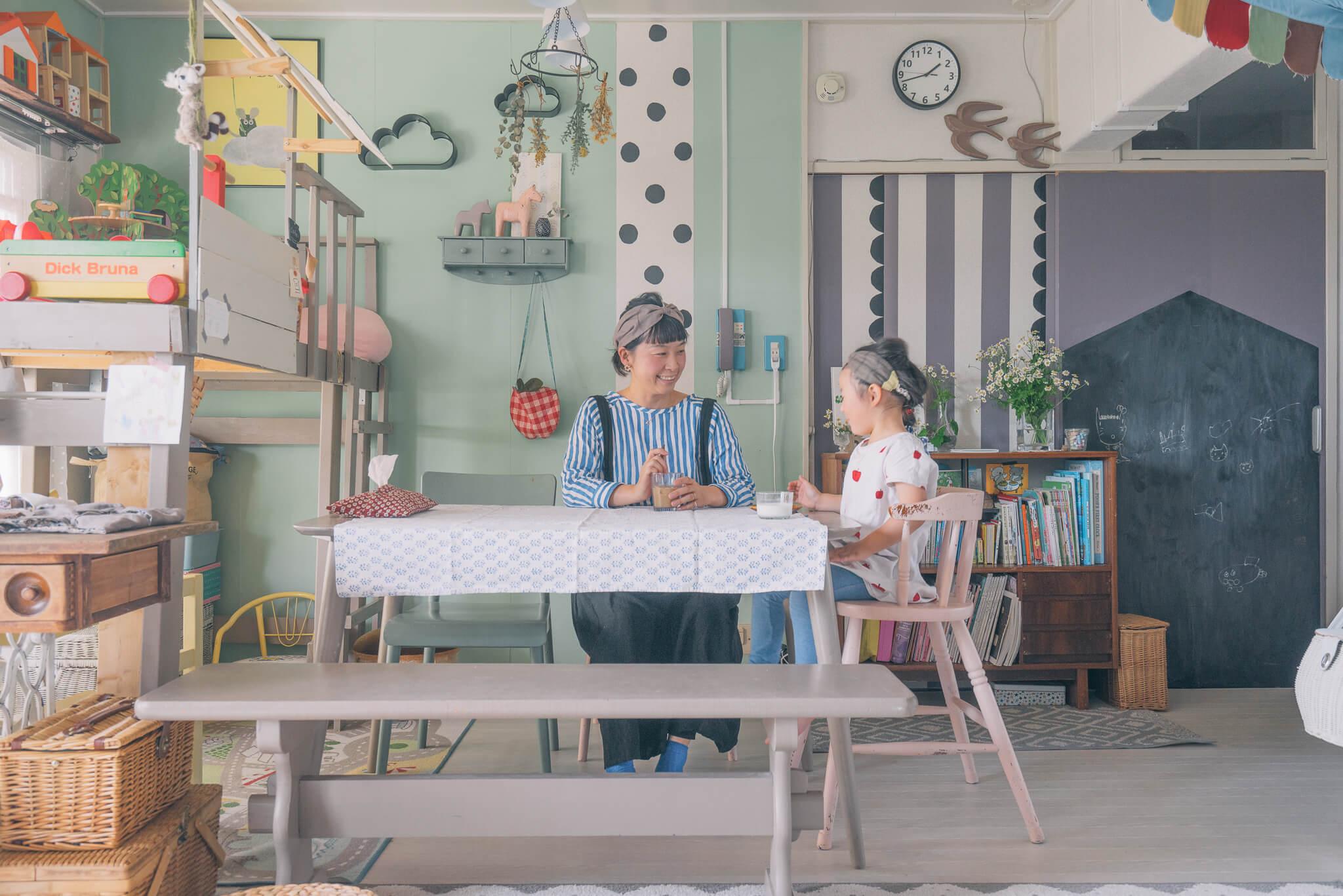asamiさんファミリーのダイニングテーブルは、お部屋の雰囲気に合わせたパステルカラーに。明るい色なので、部屋も明るく見えます(このお部屋はこちら)