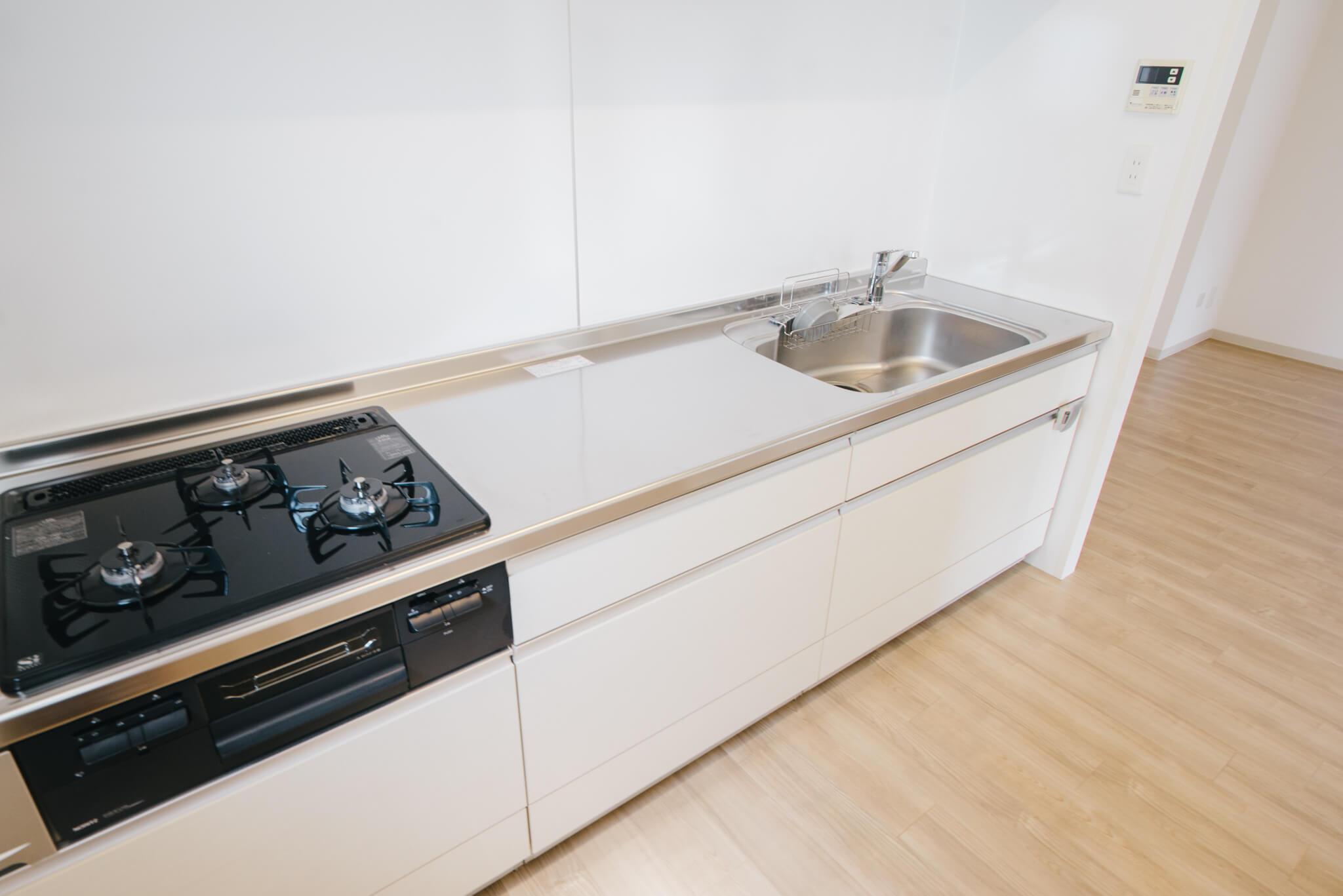 ガス3口のキッチンも、シンプルなデザイン。収納も、作業スペースも大きくて使いやすそうです。※画像は3DKのお部屋です
