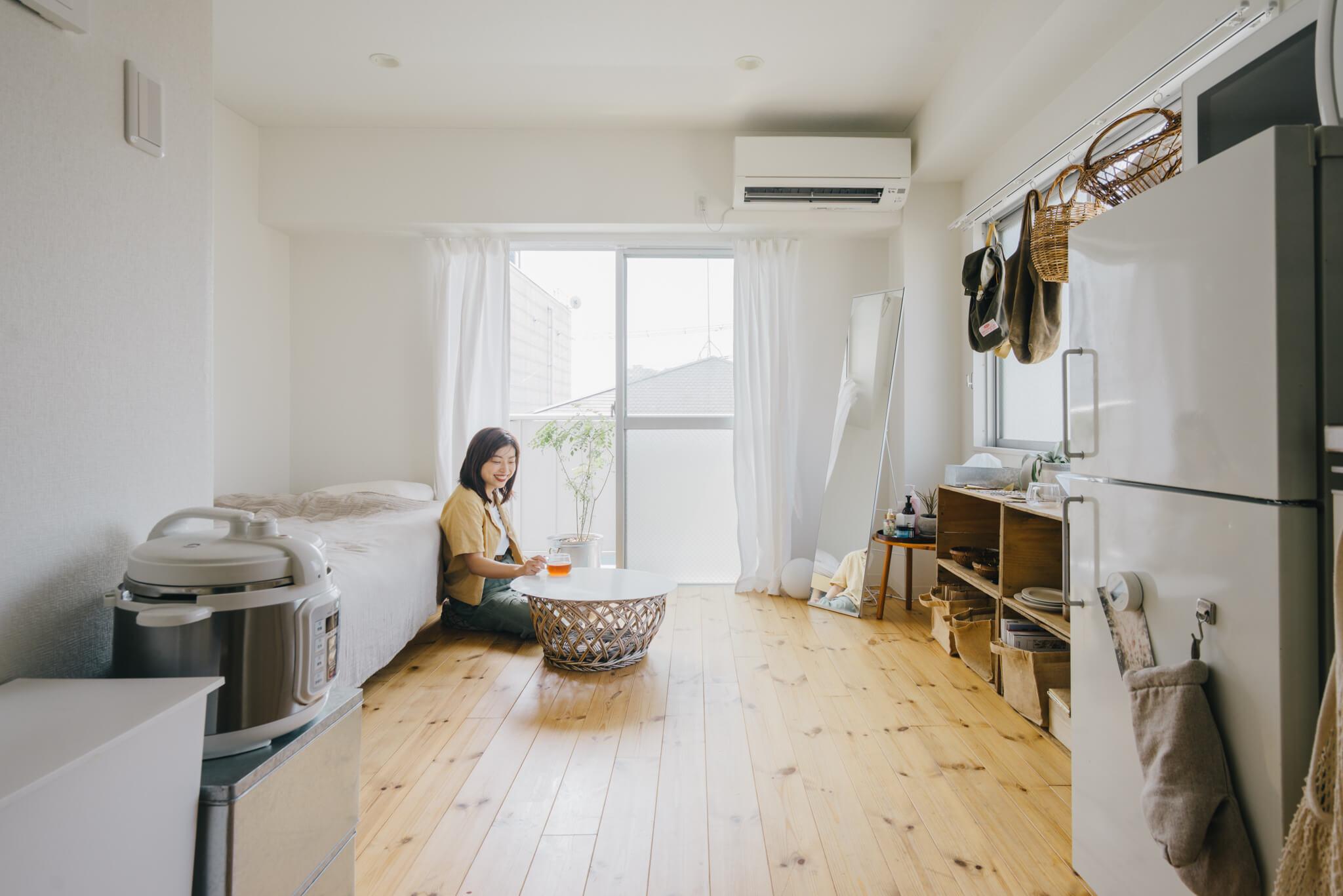 リノベーションされたお部屋、床は明るいパイン材。キッチンや壁、建具も白く、ナチュラルな雰囲気です